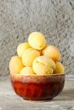 Abricots mûrs dans la plaque Images libres de droits