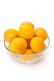 Abricots mûrs dans le bol en verre Photos libres de droits