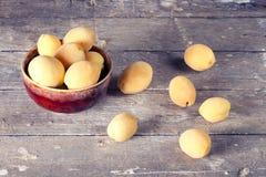 Abricots mûrs dans un plat en céramique Images stock