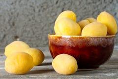 Abricots mûrs dans un plat en céramique Photo stock