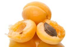 Abricots mûrs et deux moitiés Photo stock