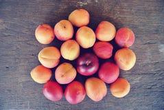 Abricots oranges mûrs sur la table en bois rustique Photographie stock