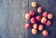 Abricots oranges mûrs sur la table en bois rustique Photos stock