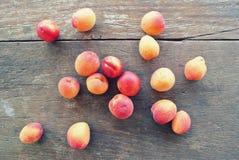 Abricots oranges mûrs sur la table en bois rustique photos libres de droits