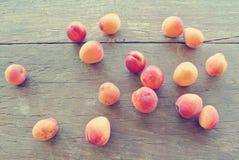 Abricots oranges mûrs sur la table en bois rustique image libre de droits