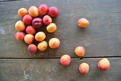 Abricots oranges organiques mûrs sur la table en bois rustique Photo stock