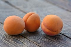Abricots organiques frais sur la table en bois photos stock