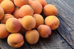 Abricots organiques frais sur la table en bois photographie stock