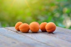 Abricots organiques frais sur la table en bois images libres de droits