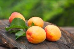 Abricots organiques frais sur le conseil en bois Image libre de droits
