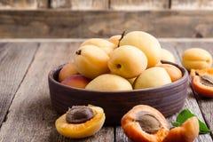 Abricots organiques mûrs sur la table en bois rustique photo stock