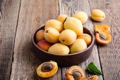 Abricots organiques mûrs sur la table en bois rustique photographie stock libre de droits