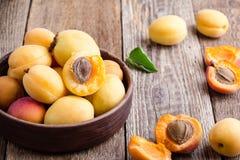 Abricots organiques mûrs sur la table en bois rustique image stock