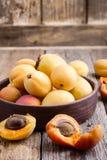 Abricots organiques mûrs sur la table en bois rustique images stock