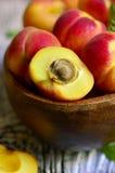 Abricots rouges mûrs dans une cuvette en bois Images libres de droits