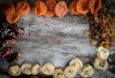 Abricots secs Assorted, figues, dates et raisins secs sur le bois âgé avec l'espace de copie Photos libres de droits