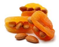 Abricots secs avec des amandes photos stock