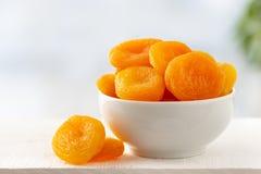 Abricots secs dans une cuvette images stock