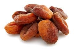 Abricots secs organiques d'isolement sur le fond blanc images libres de droits