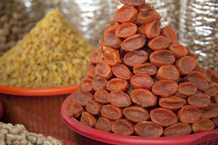 Abricots secs sur le marché Photos stock