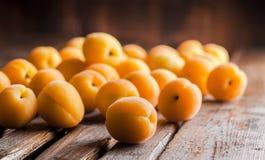 Abricots sur la table en bois Photographie stock
