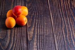 Abricots sur la vieille table en bois photographie stock libre de droits
