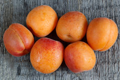 Abricots sur le fond en bois photo libre de droits