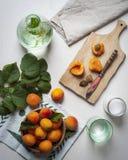 Abricots sur un conseil en bois images stock