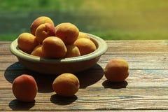 Abricots sur une table photos libres de droits