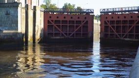 Abriendo y cerrando la entrada del río de la puerta almacen de video