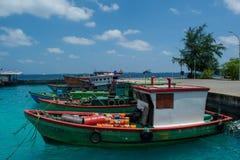 Abrigúese con los barcos del ` s de los pescadores en la isla tropical de Villingili Imagenes de archivo
