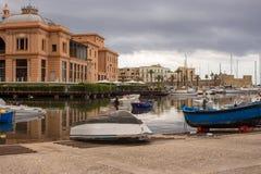 Abrigúese con los barcos y y los yates en Bari, Italia meridional Marina Landscape Palacio y puerto en Bari Orilla del mar medite imagenes de archivo