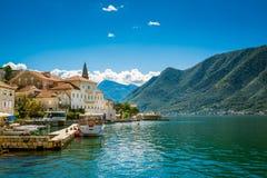 Abrigúese en Perast en la bahía de Boka Kotor (Boka Kotorska), Montenegro, Europa Foto de archivo