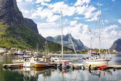 Abrigúese en Reine, pequeño villlage, islas de Lofoten, Noruega imágenes de archivo libres de regalías