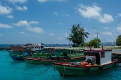 Abrigúese por completo de los barcos del ` s de los pescadores en la isla tropical de Villingili Imágenes de archivo libres de regalías