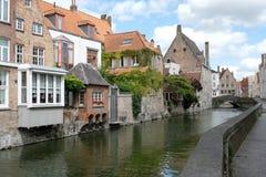 Abriga o canal de negligência em Goudenhandrei, Bruges, Bélgica fotos de stock royalty free