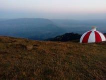 Abrigo colorido da montanha em um cume Foto de Stock Royalty Free