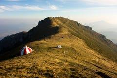 Abrigo colorido em um cume da montanha Fotografia de Stock