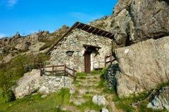 Abrigo construido al lado de una roca Foto de archivo