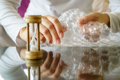 Abrigo de burbuja que hace estallar Imagen de archivo libre de regalías