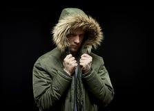 Abrigo de invierno que lleva del hombre Foto de archivo