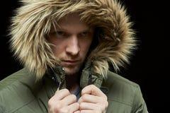 Abrigo de invierno que lleva del hombre Imagenes de archivo