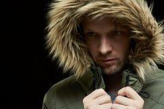 Abrigo de invierno que lleva del hombre Imagen de archivo