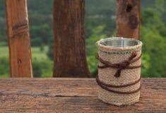 Abrigo de la harpillera una poder en la tabla de madera Foto de archivo libre de regalías