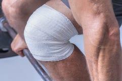 Abrigo de la rodilla para el levantamiento de pesas Foto de archivo libre de regalías