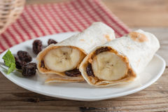 Abrigo de la tortilla con mantequilla, la pasa y el plátano de cacahuete Foto de archivo