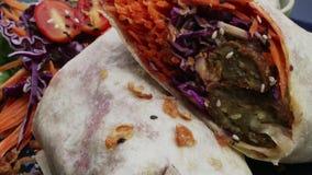 Abrigo de la tortilla del vegano, rollo del burrito con los vegetabes asados a la parrilla Formas de vida de la salud y de la con almacen de metraje de vídeo