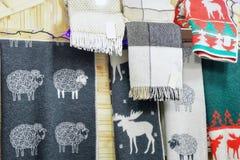 Abrigo de lana en el mercado de la Navidad de Vilna Foto de archivo