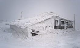 Abrigo de madera en una tempestad de nieve Fotos de archivo