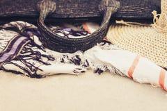 Abrigo de mimbre del bolso, del sombrero y del encubrimiento de la ropa de playa de la playa de la paja del verano del vintage en imágenes de archivo libres de regalías